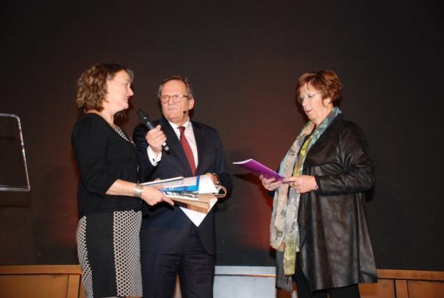 Annemarie Jorritsma neemt publicatie in ontvangst tijdens Najaarsbijeenkomst Bouwstenen